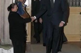 El príncipe le da la mano a una mujer que pedía limosna