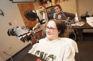 Tetrapléjica mueve un brazo robótico impulsado por su pensamiento