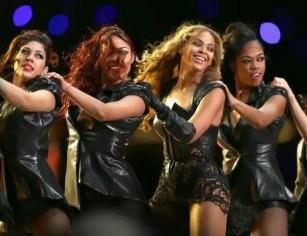 Además de las bochornosas fotos, parece que a la cantante no le ha hecho gracia que el mismo portal web haya hecho circular gifts animados que parodian su actuación. En uno de ellos, por ejemplo, se ve esta foto con las bailarinas a la que se le ha añadido un tacatá en las manos de Beyoncé, ¡como si fuera una abuelilla de 80! Divertido ¿no? Se ve que la chica no tiene mucho sentido del humor…