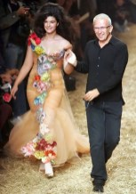 Esta era la imagen de Crystal en 2005, acompañada por el diseñador Jean-Paul Gaultier al final de la presentación de su colección primavera/verano. El cambio ha sido sustancial.