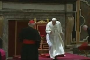 El papa Francisco se tropieza y casi cae al suelo - Vídeo