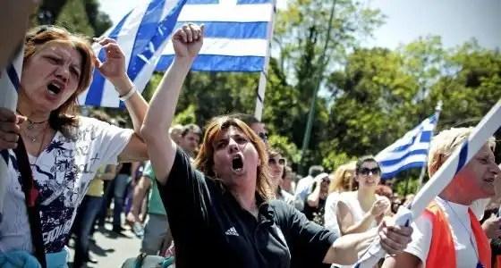 Grecia aprueba una ley que despedira a 15.000 funcionarios