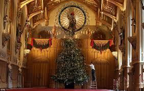 Cuatro generaciones de Windsor junto al abeto navideño
