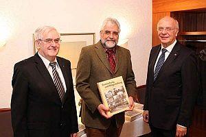 Autor Dr. Cornelius Neutsch (Mitte) von der Universität Siegen, Dipl.-Ing. Jörg Dienenthal (rechts), Vorsitzender der Arbeitgeberverbände Siegen-Wittgenstein und Geschäftsführer Joachim Schmidt-Classen (links) stellten den Fortsetzungsband der Verbandsgeschichte vor.