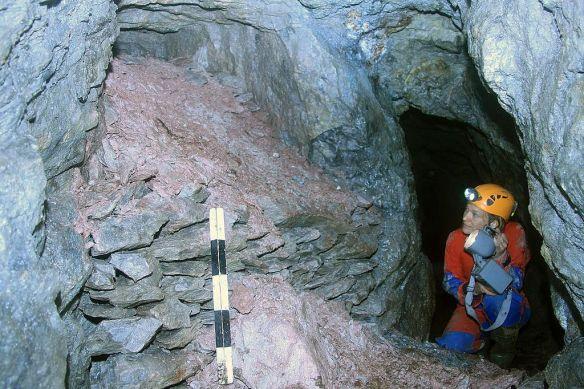 Mit voller Ausrüstung ging auch Dr. Eva Cichy von der Außenstelle Olpe der LWL-Archäologie für Westfalen in die Tiefe und erforschte die unterirdische Bergbauwelt.  Foto: LWL/Zeiler