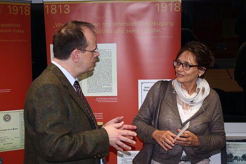 Gerne kam Dr. Johannes Burkardt mit den Besuchern der Ausstellungseröffnung ins Gespräch.