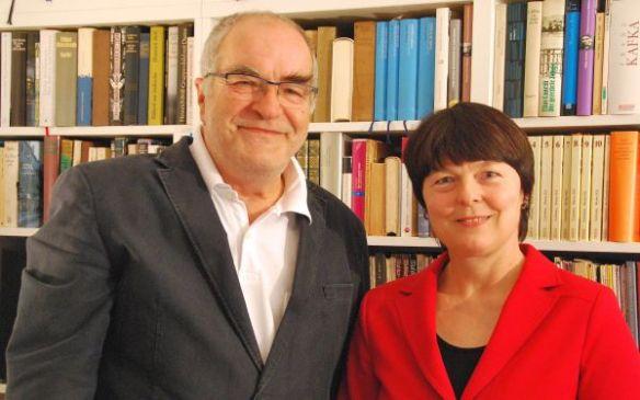 Viele Bücher im Rücken: Die Wilnsdorfer Autorin Marlies Obier und der Siegener Rezitator Werner Stettner stellen bei ihrem Lese- und Vortragsabend die Heimkehrer aus dem Ersten Weltkrieg in den Mittelpunkt.