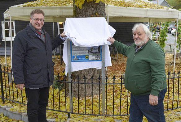 """Bürgermeister Paul Wagner (re.) und Bernd Kühn (Heimatverein Netpherland) bei der Eröffnung """"Stehende Stadtführung"""", © Nico Eggers"""