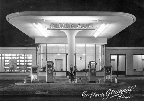"""Die BV-Großtankstelle """"Glückauf"""" an der Eiserfelder Straße im Jahr 1956 (Vorlage: Stadtarchiv Siegen)"""