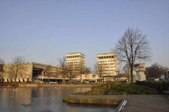 Der Rathauskomplex in Marl mit Sitzungstrakt und zwei Bürotürmen wurde von den holländischen Architekten H. van den Broek und J. B. Bakema von 1960 bis 1967 errichtet. Er veranschaulicht die optimistische Stimmung eines wirtschaftlichen Aufschwungs in den Formen der Architektur. Foto: LWL/Schmidt