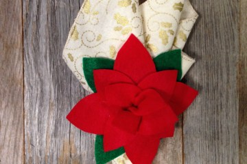 'No Sew' Felt Poinsettia Napkin Ring #diy #Christmas #poinsettia #holiday #holidaydecor
