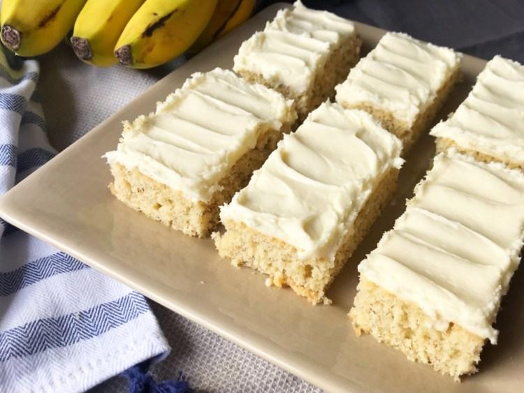 Muzlu Ekmek Barları |  Sac kek tarifi |  Muzlu Ekmek |  Muzlu Kek |  Muz Barları |  Kalabalık için Tatlı |  Bar Tarifleri |  Krem Peynirli Dondurma |  Krem Peynirli Buzlanma |  tatlı |  Muzlu Tatlı |  Six Clever Sisters Tarifi