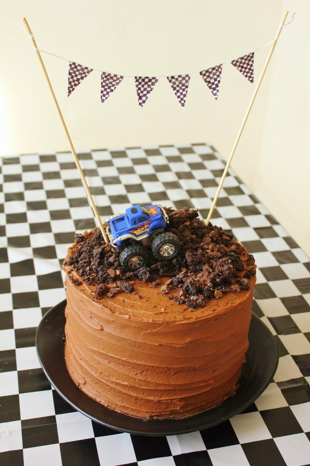 Father's Day Cakes | Father's Day Cake Ideas | Father's Day Cake Easy | DIY Father's Day Cake | Happy Father's Day Cake | Father's Day cake Ideas Creative | Father's Day Cake Ideas Diy | Dad Cake | Cake for Dad | Happy Father's Day Cake | Let the kids help make a cake for Dad this Father's Day. This roundup of super cute Father's Day cakes are easy enough for the kiddos to help make and dad is sure to love!