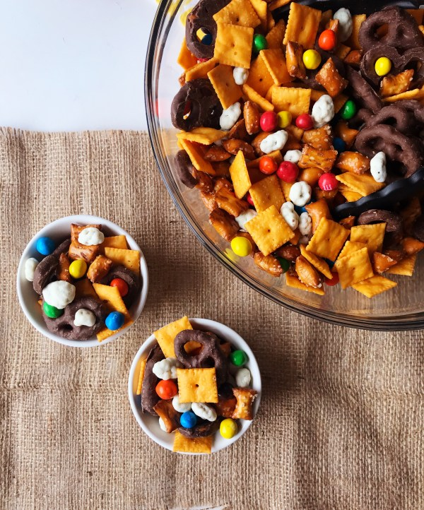 Travel Snack Mix... for kids!!! | Trail Mix | Easy snack | Snack Mix Recipes | Snack Mix for kids | Snack mix recipes sweet | Trail mix | Trail Mix recipes for Kids | Trail Mix recipes Easy | Travel snacks Roadtrip | Travel Snacks for Kids | Snack Ideas | Snacks or kids | Six Clever Sisters
