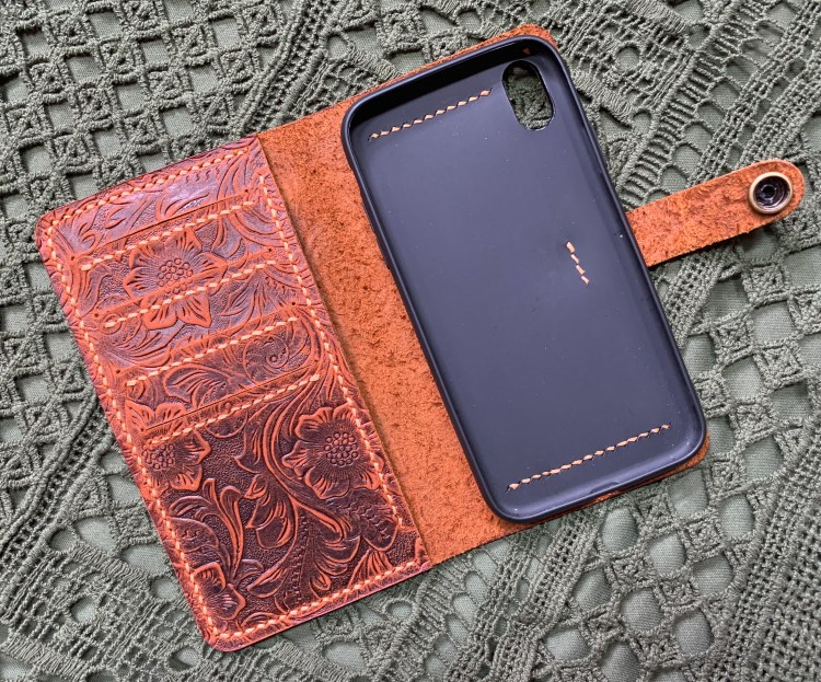 Gift Idea for Women | Christmas Gift Idea Mom | Gift Idea Sister | Gift Idea for her | Gift Idea Wife | Phone Case | Unique Phone Case | Leather Phone Case | Birthday Gift Ideas | Christmas Gift Ideas | Six Clever Sisters