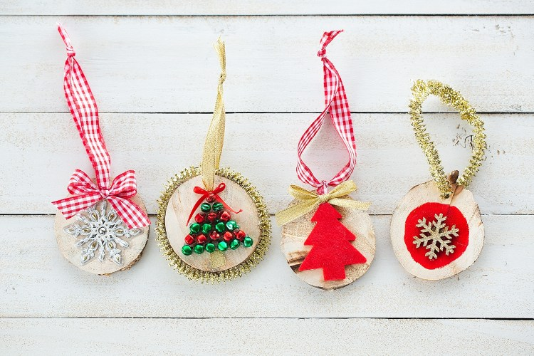 Christmas ornaments for kids to make | Christmas ornaments kids can make | Christmas ornaments handmade | DIY Christmas ornaments kid friendly | DIY Christmas decorations kid friendly | Christmas ornaments simple to make | Christmas ornaments kids DIY | Christmas ornaments kids crafts | Great ideas on the Six Clever Sisters blog!