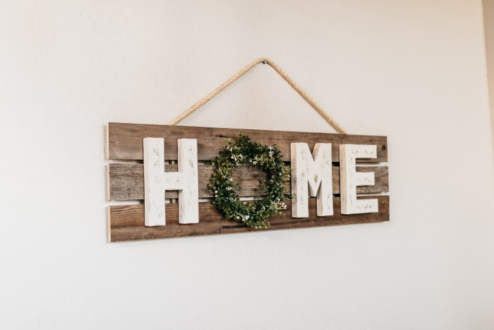 DIY Crafts | DIY Craft Ideas | DIY Craft Projects | Farmhouse DIY Decor | Farmhouse DIY Projects | Farmhouse DIY Signs | Farmhouse DIY Ideas | Farmhouse DIY Crafts | Home Signs DIY | Home Sign Decor | Home Sign Ideas | Looking for an easy diy home sign to make? This farmhouse style wood sign is super simple to make and great to gift! #diy #craft #crafts #farmhouse #decor #homedecor #diyideas #pallet