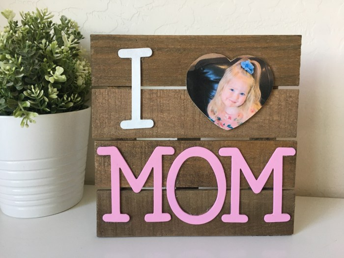 Mother's Day Crafts | Mothers Day Crafts for Kids | Mother's Day Craft Ideas | Mother's Day Craft Gift | Mother's Day Craft Gift Ideas | DIY Mother's Day Crafts | Mother's Day DIY Craft | I'm always looking for new ideas of gifts kids can make for their Mom or Grandma or Aunt for Mother's Day. This diy Mother's Day gift idea is simple but super duper cute and something Mom is sure to love! #craft #diy #mothersday #kids #craftsforkids #mom #ideas #kidsactivities