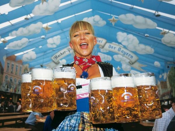 Girl Drinking Alcohol Wallpaper Oktoberfest Jaarlijkse Hoogmis Voor Bierliefhebbers