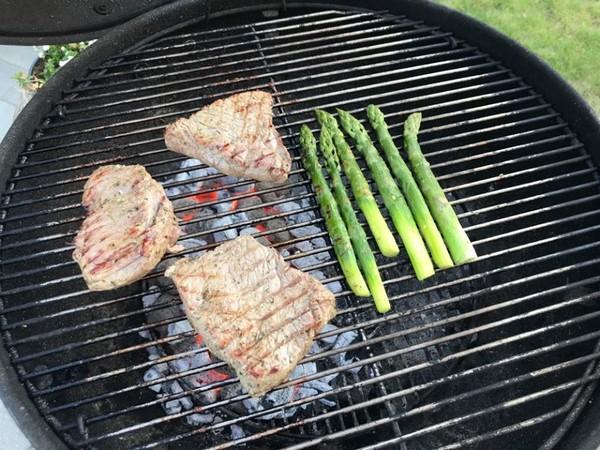BBQ steak met look en rozemarijn