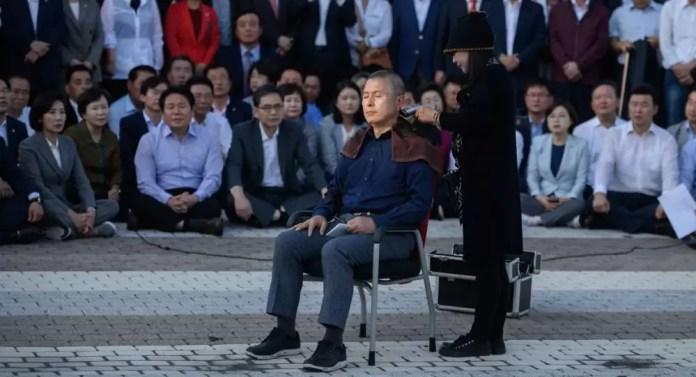 Güney Kore usulü protesto: Neden saçlarını kazıtıyorlar? 1