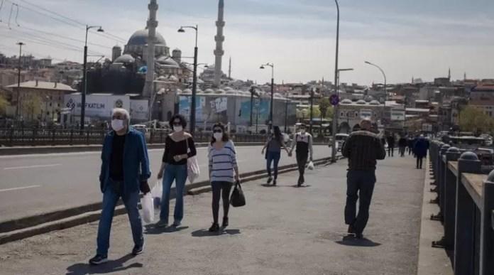 Galata Köprüsü Korona maske halk