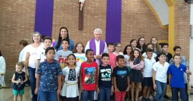 Apresentação das crianças da catequese de Primeira Eucaristia na comunidade São João Batista