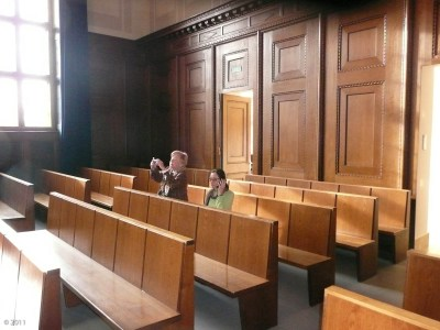 In the courthouse, awaiting trial. Susan is calling her lawyer.  (Saal 600 . . . google it . . . important place post WWII)