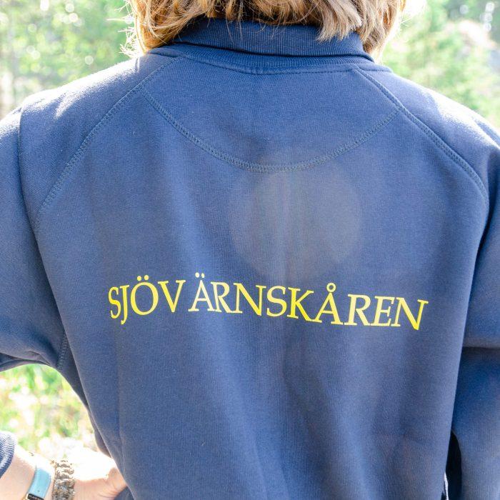 Collagetröja med emblem och texten SJÖVÄRNSKÅREN tryck på bröstet samt texten SJÖVÄRNSKÅREN tryckt på ryggen.
