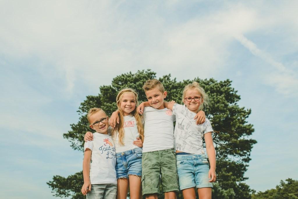 4 kinderen gearmd op de foto
