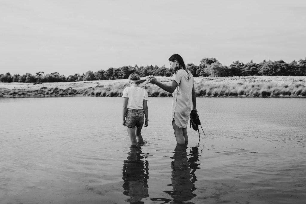 Moeder en dochter in het water