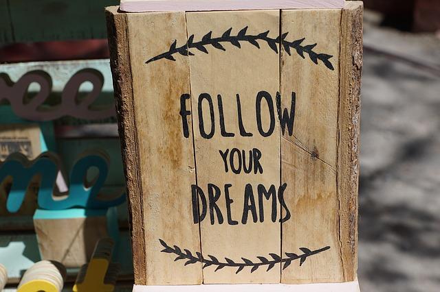 """Holzschild mit der Aufschrift """"Follow your dreams"""" Folge deinen Träumen"""