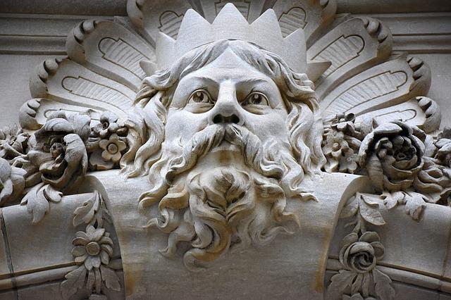 Zeus als Kunst auf einem Gebäude.