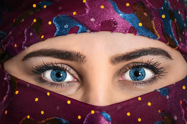 verhüllte Frau, Muslime, nur die Augen sind groß und sehr hübsch zu sehen.