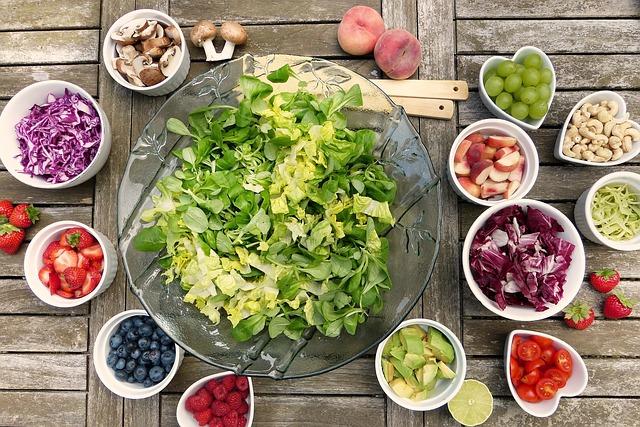 Salatschüssel drumherum salat zutaten