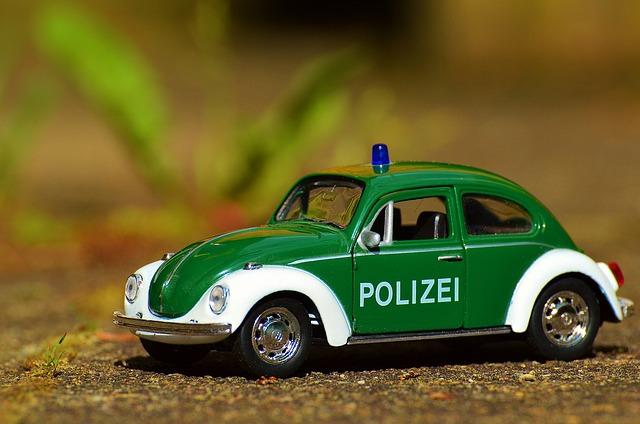 Spielzeugkäfer als Polizeiauto