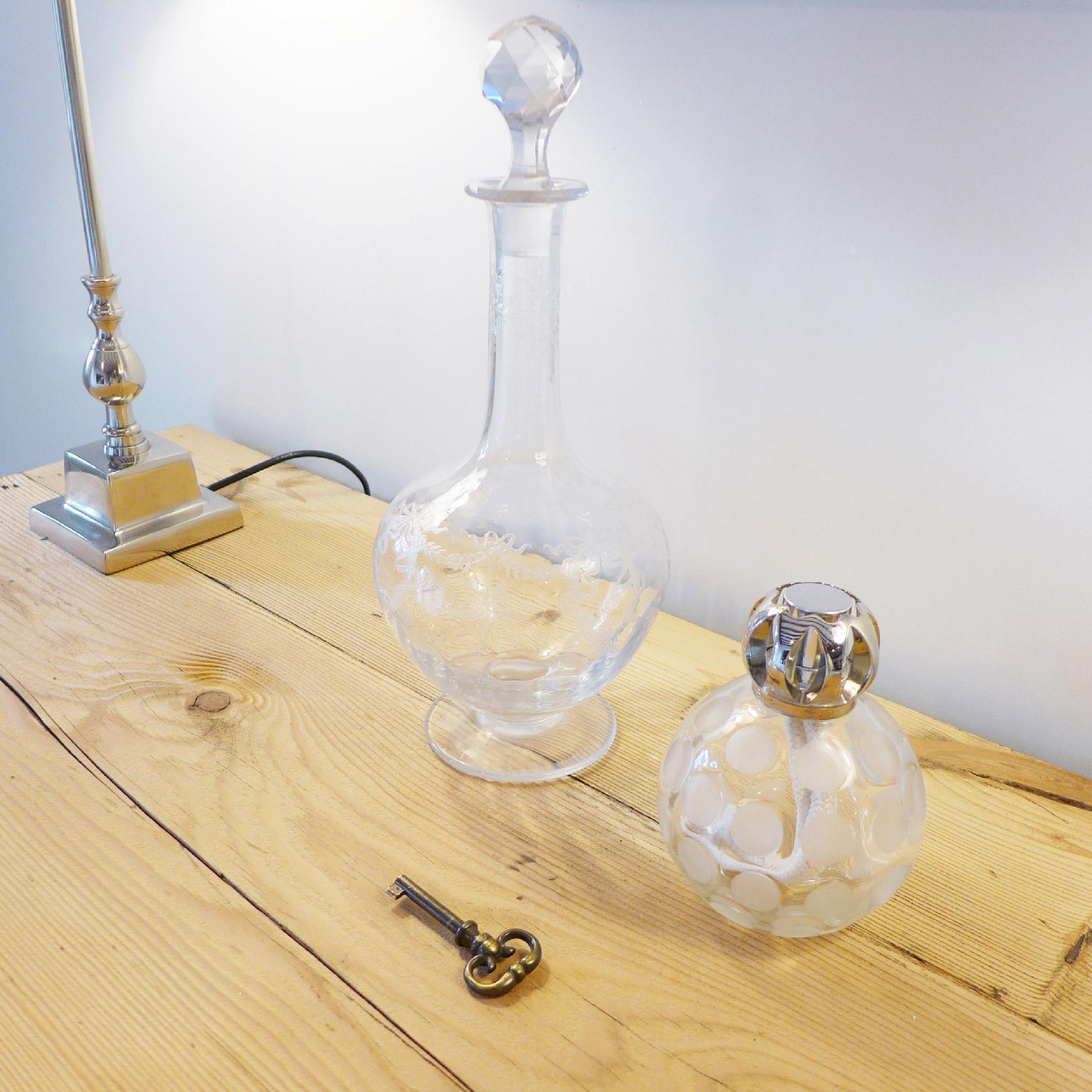 Réalisation du studio d'architecture et de décoration Skéa Designer. Zoom sur un détail, des flacons en cristal.