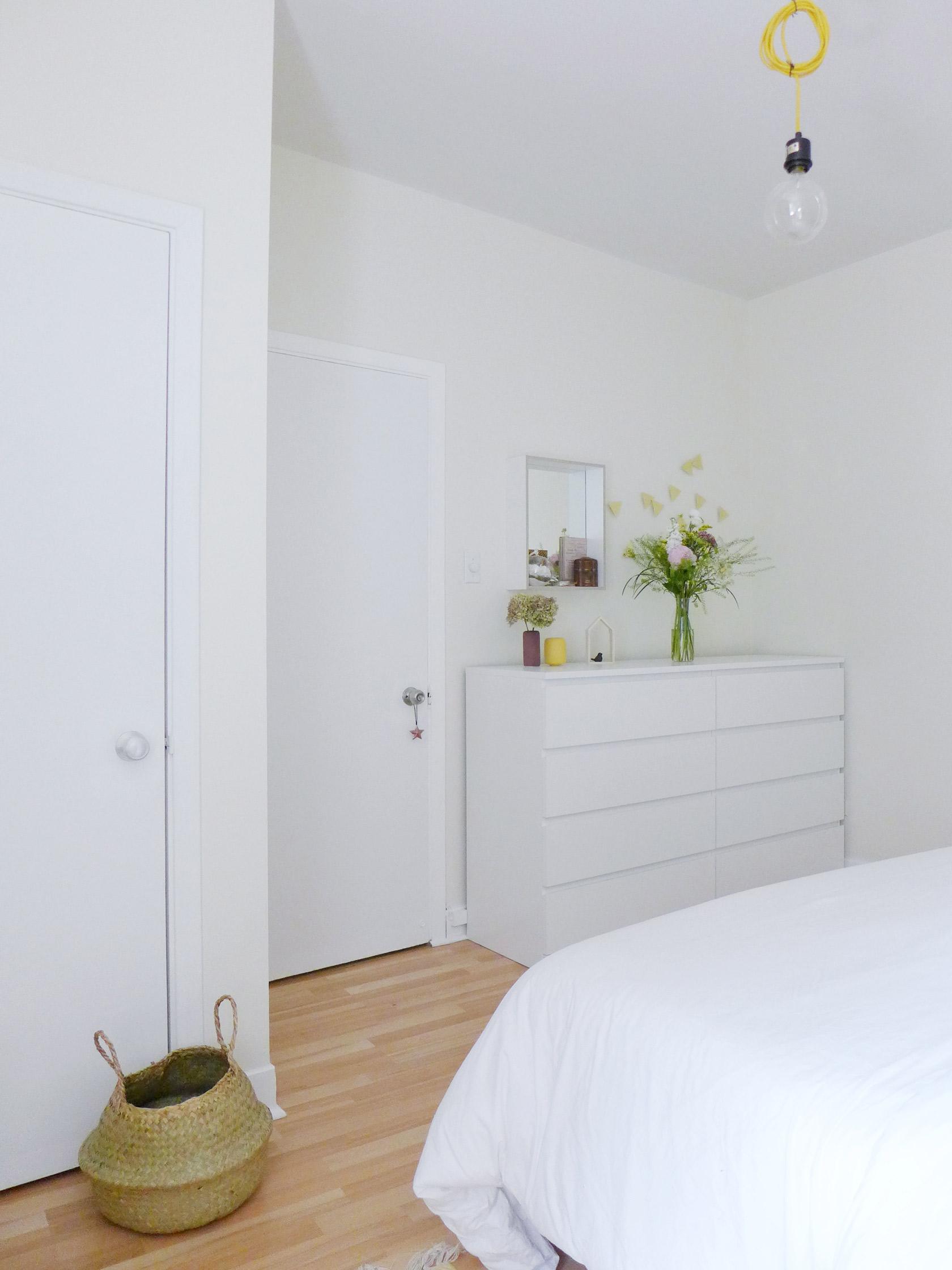 Réalisation du studio d'architecture et de décoration Skéa Designer. Jaune soleil. Dans la chambre, les commodes blanches Ikéa décorées d'un vase et d'un miroir.