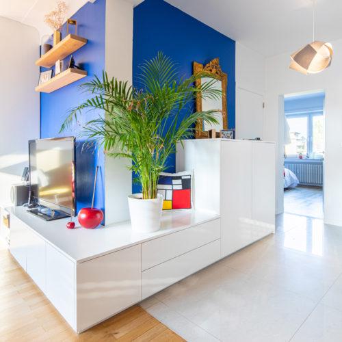 Réalisation du studio d'architecture et de décoration Skéa Designer. Inspiration Mondrian. Un meuble sur mesure dessine l'angle de la pièce de vie.