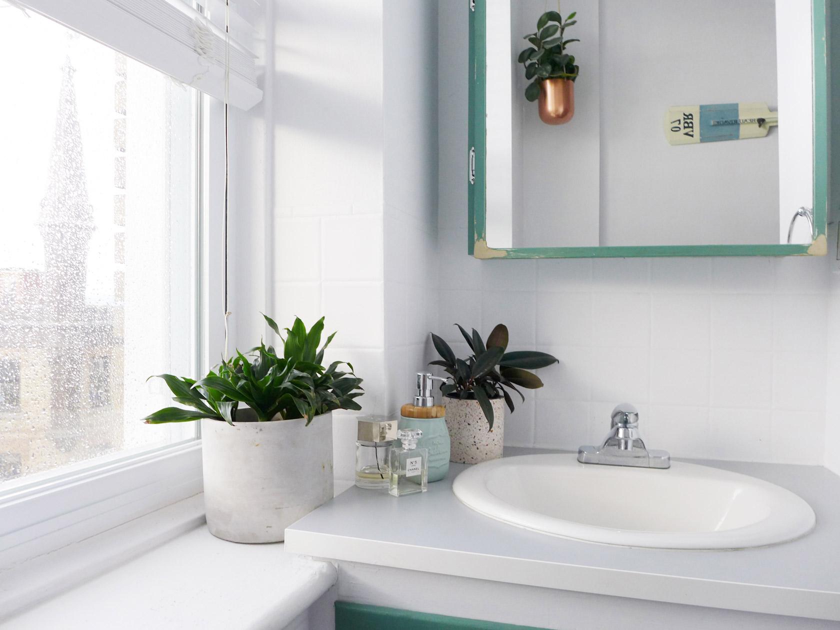 Réalisation du studio d'architecture et de décoration Skéa Designer. Jaune soleil. Dans la salle de bain la vasques ont proches de la fenêtre.