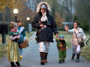 Prime Minister-designate Justin Trudeau, dressed as Han Solo from The Empire Strikes Back, walks with his children Hadrien (second from right), Ella-Grace and Xavier, as his wife Sophie Gregoire-Trudeau, dressed as Princess Leia, jokes with onlookers as the family prepares to go trick-or-treating on Halloween in Ottawa on Saturday, Oct. 31, 2015. THE CANADIAN PRESS/Justin Tang