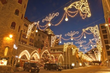 ENGADIN ST. MORITZ - Christmas illuminations on the Via Serlas shopping street in St. Moritz, with Badrutts Palace Hotel and exclusive designer boutiques. Copyright by: ENGADIN St. Moritz By-line: swiss-image.ch/Christof Sonderegger