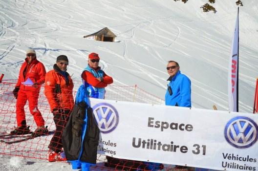 Un aperçu d'une équipe de bénévoles s'occupant du départ des compétitions.