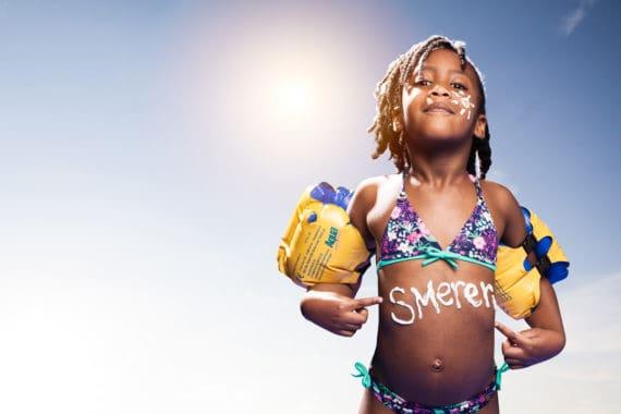 Smeren tegen zon-verbranding. Ontzettend belangrijk om huidkanker te voorkomen.
