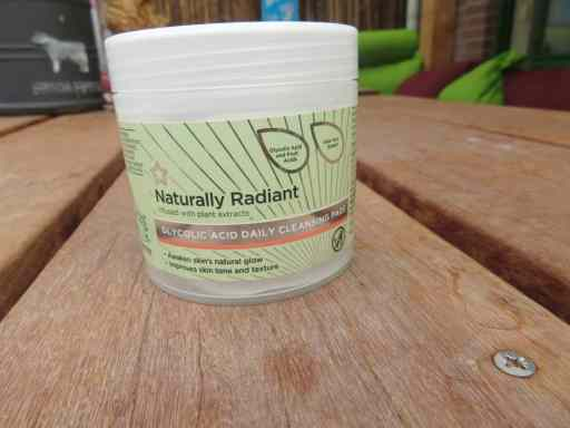 Naturally radiant glycolic acid daily cleansing pads