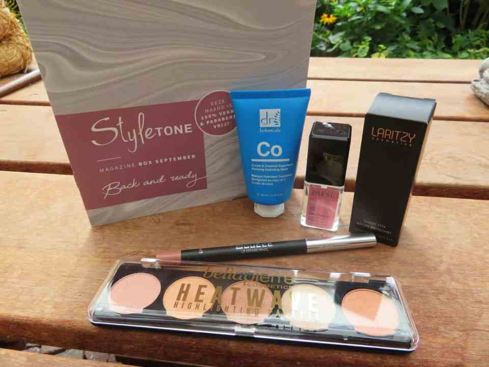 Styletonebox september een volle box aan verzorging en make-up producten.