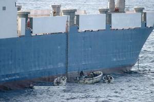 Piratbåtar ligg langs sida av MV Faina. Bilete: US Navy og Wikipedia