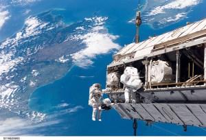 Bilete frå ein av romspaserturane til Christer Fuglesang. I går delte han nokre av opplevingane sine. Han la vekt på at når du ser jorda utanfrå ser du kor tynn og sårbar atmosfæren vår er. Foto: NASA 2006