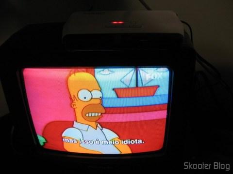 Receptor do Gadmei GM2400 sobre a TV, criando um ponto escravo da Sky com controle remoto