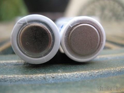 Eneloop falsificada (esquerda) e original (direita): na falsificada o polo negativo é mais liso e o acabamento pior